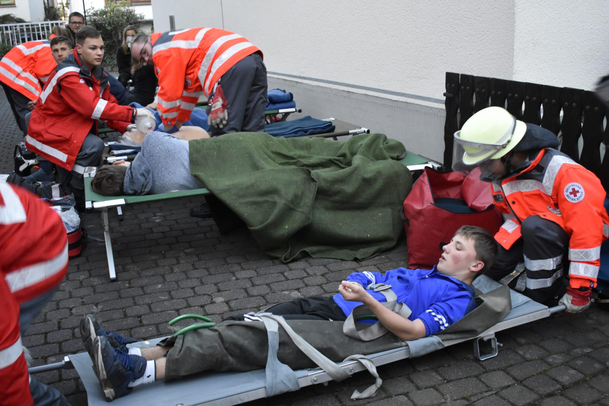 Sanitäter und Betreuer bei der Arbeit